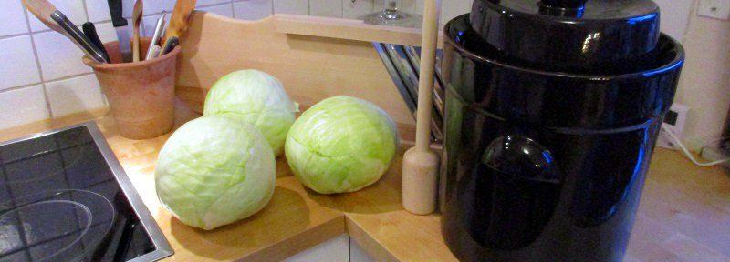 Mit etwas Geduld und dem richtigen Zubehör ist es ganz einfach, Sauerkraut selber zu machen.