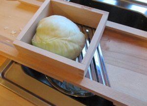 Sauerkraut: Zuerst den Kohl mit dem mit dem Kohlhobel zerkleinern